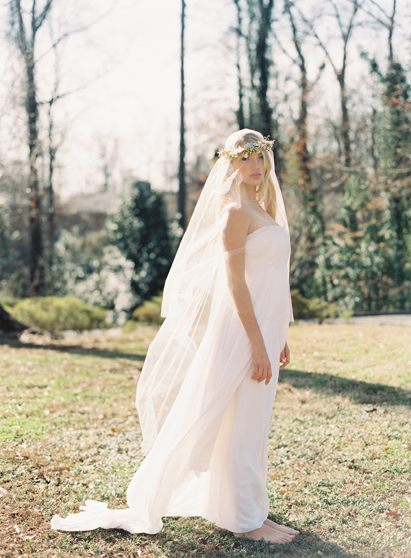 Source: http://www.oncewed.com/diy/diy-flower-crown-over-a-drop-veil/