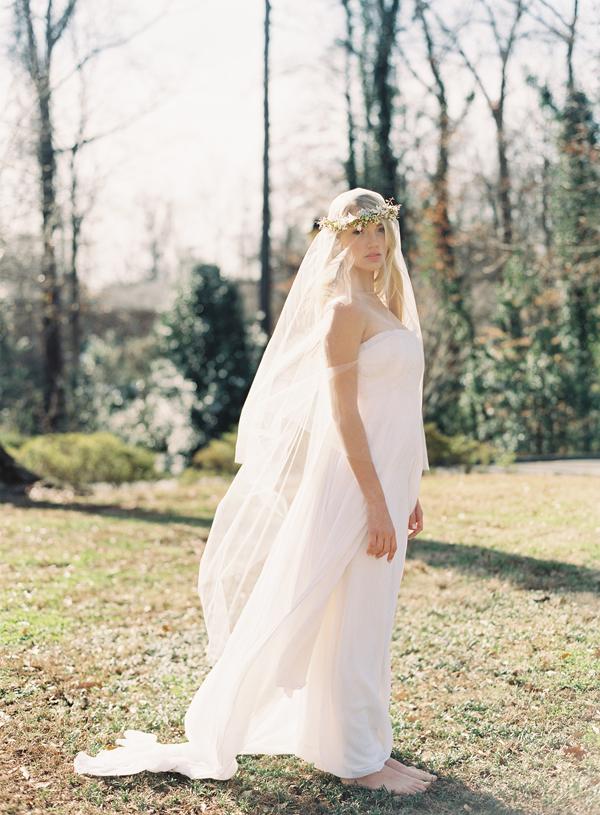 Source: http://www.oncewed.com/diy/diy-flower-crown-over-a-drop-veil/